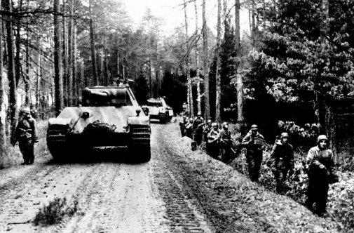 20-kwietnia-1945-roku--Czolgi-typu-Panthera