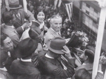 1932-Kobe-14-maja-Charlie-Chaplin-z-bratem-Sydney-oraz-japonska-aktorka-Shizue-Natsukawa-2