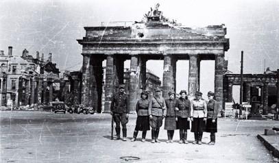 Polscy żołnierze przed Bramą Branderburską