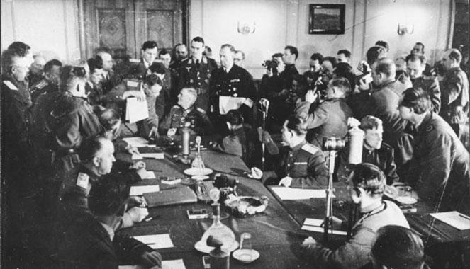 Berlin-Karlshorst 8 maja 1945. Podpisanie aktu kapitulacji III Rzeszy. Wikipedia cc. Źr. Bundesarchiv