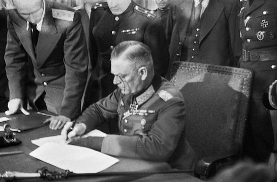 Keitel podpisujacy akt kapitulacji 1945