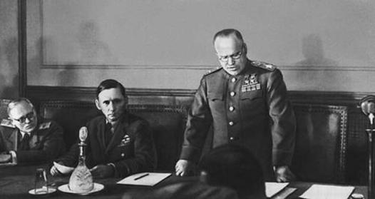 zukow-czyta-akt-kapitulacji-1945