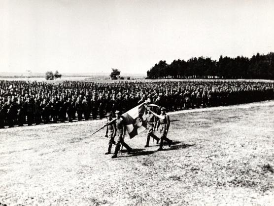 15 lipca 1943 roku, wyprowadzenie sztandaru 1. Dywizji Piechoty im. Tadeusza Kościuszki.jpg