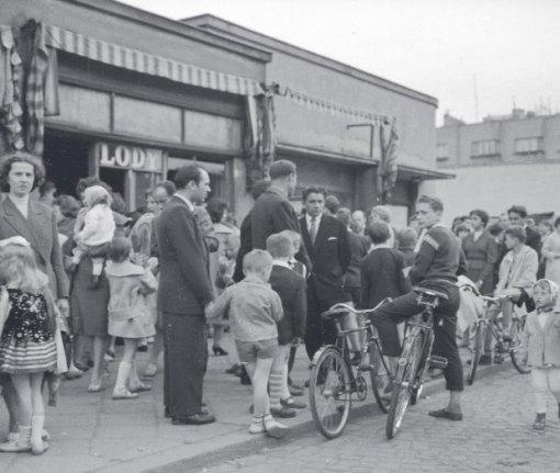 Kolejka przed Zieloną Budką z lodami przy Puławskiej 47 w Warszawie. Rok 1961