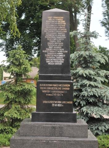 pomnik w puchaczowie 2