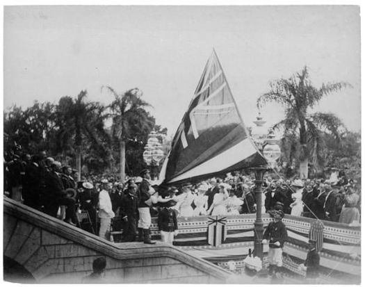 Lowering_the_Hawaiian_flag_at_Annexation_ceremony 1898