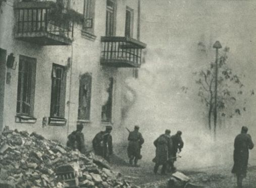 6.Żołnierze-1.-Dywizji-Piechoty-w-natarciu-na-ulicach-Pragi 1