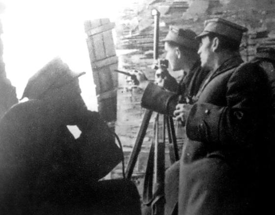 Artyleryjski punkt obserwacyjny na warszawskiej Pradze we wrześniu 1944 r..jpg