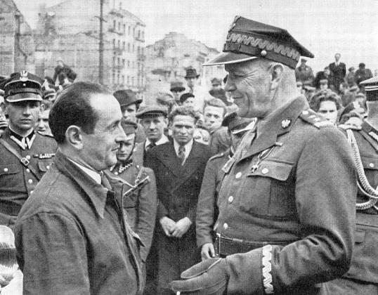 gen. Zygmunt Berling z mieszkańcami warszawskiej Pragi 1944