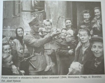 Polski sierżant z 1 DP im.T. Kościuszki wśród kobiet i dzieci. 1 Warszaw-Praga 1944 r