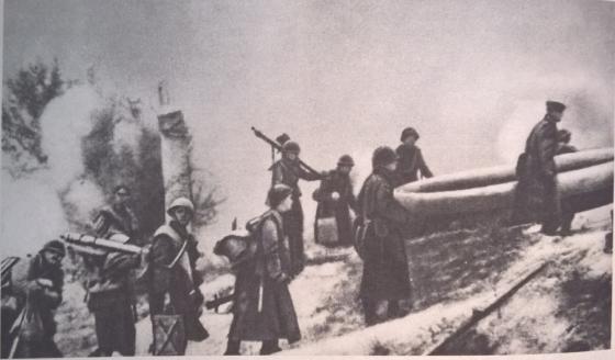 Wrzesień 1944 roku, żołnierze 2. Dywizji Piechoty Wojska Polskiego im. Henryka Dąbrowskiego podczas walk o przyczółek żoliborski w trakcie powstania warszawskiego..png