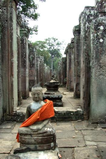 Budda w szafranowej szacie zagubiony wśród ruin Angkoru, fot. Darek Kozicki