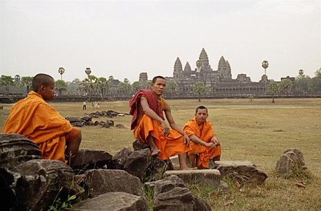 Buddyjscy mnisi w Angkor Wat, źrodło mandalay.pl