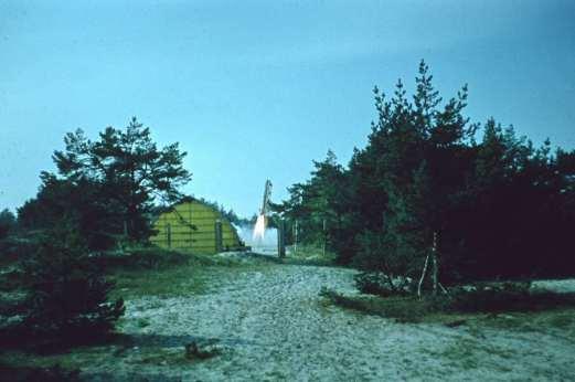 Mierzeja łebska 7. października 1970. Start jednej z dwóch wystrzelonych tego dnia rakiet Meteor-2K zdolnych osiągnąć umowną granicę przestrzeni kosmicznej ok. 100km