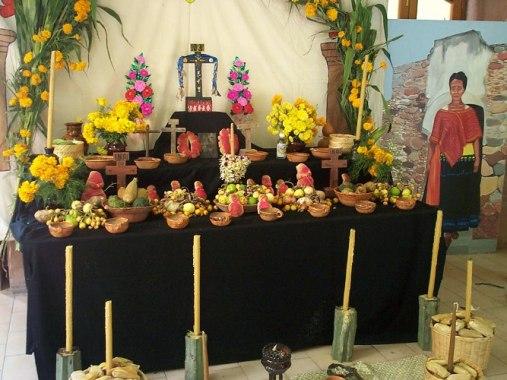 Jeden z ołtarzów z pokarmami podczas Dia de los Muertos fot wikimedia commons.jpg