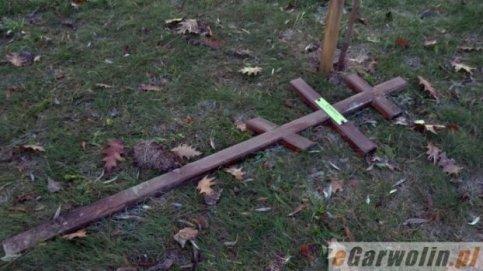 Wyrwany i przewrócony krzyż prawosławny
