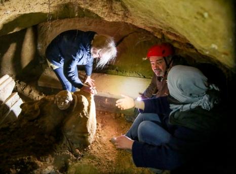 Archeolodzy badaja grobowiec