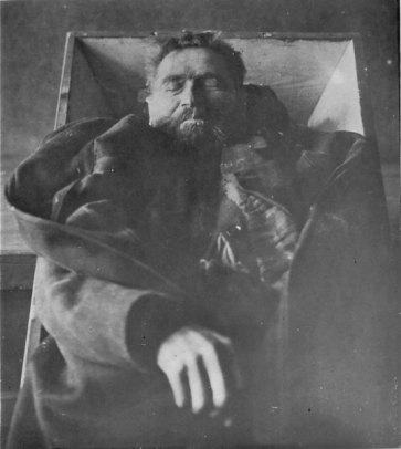 Der Kannnibale Karl Denke nach seinem Suizid am 22. Dezember 1924 im Sarg. Die Aufnahme entstand in der Gerichtsmedizin Breslau.