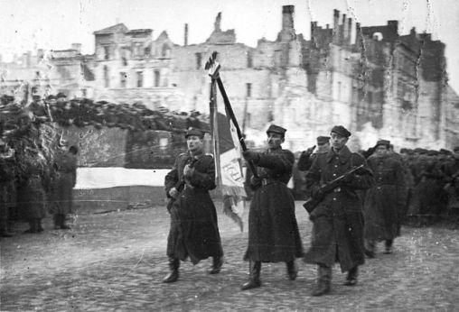 Defilada 1 Armii Wojska Polskiego na ulicy Marszałkowskiej w zdobytej Warszawie 19 stycznia 1945