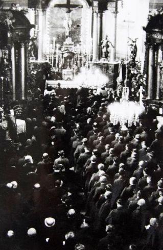 11 lutego 1945 r. Żołnierze podczas mszy w kościele Bernardynów