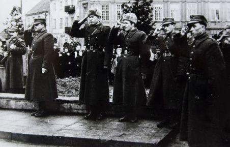11 lutego 1945 r. Piotrków Hołd żołnierzy przed płytą Grobu Nieznanego Żołnierza pl. Kościuszki