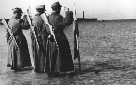 Polska flaga w Bałtyku w Kołobrzegu