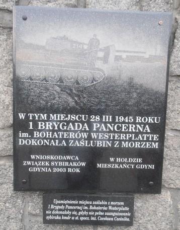 Tablica-na-murze-Muzeum-Marynarki-Wojennej-w-Gdyni-upamietniajaca-ponowne-zaslubiny-Polski-z-morzem
