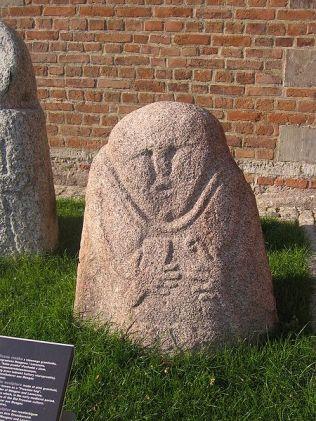 Średniowieczna baba pruska znajdująca się dawniej na granicy Mózgowa i Laseczna. Obecnie w Muzeum Archeologicznym w Gdańsku