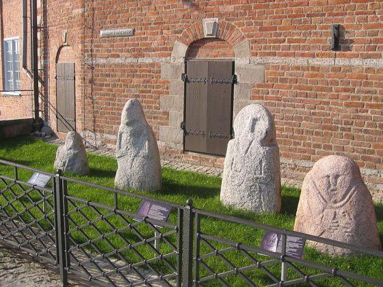 Kolekcja kamiennych bab pruskich przed Muzeum Archeologicznym w Gdańsku