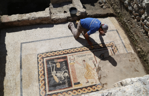 mozaika-z-kosciutrupem-2400-lat-2