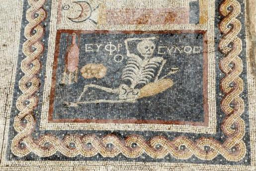 mozaika-z-kosciutrupem=2400-lat
