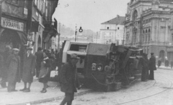 Przewrocony_tramwaj-we-Lwowie-1936