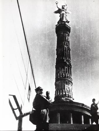 kolumna zwyciestwa i polski zolnierz 1945