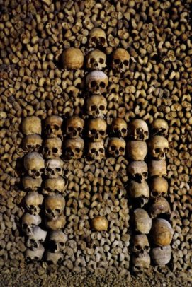 paryskie katakumby czaszki w ksztalcie krzyzy