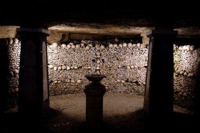 paryskie katakumby czaszki