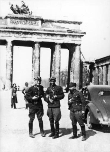 Polscy żołnierze sierżant Józef Rybicki i kapral Mieczysław Jaryczewski w zdobytym Berlinie a nimi Brama Brandenburska.jpg