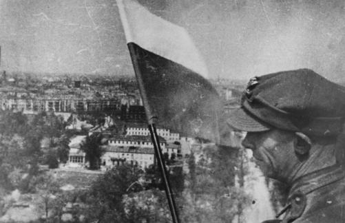 polska flaga na kolumbie zwyciestwa w Berlinie 1945