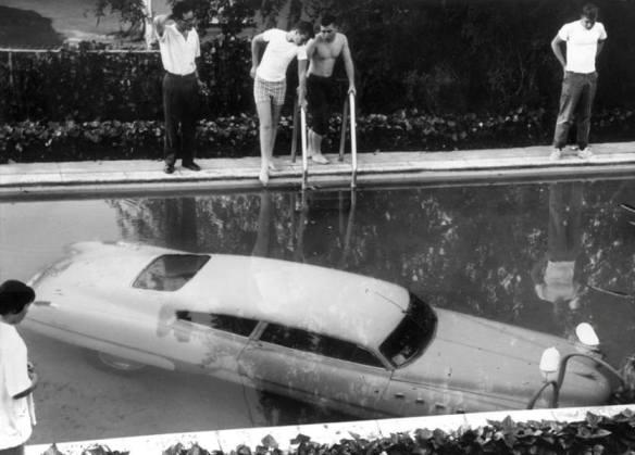 samochod_w_basenie_1961