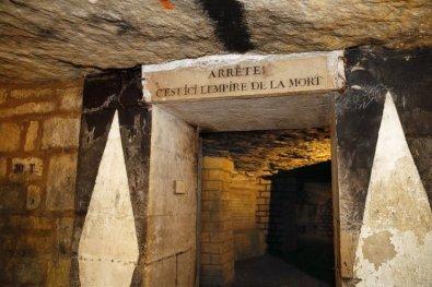 wejscie do paryskich katakumb
