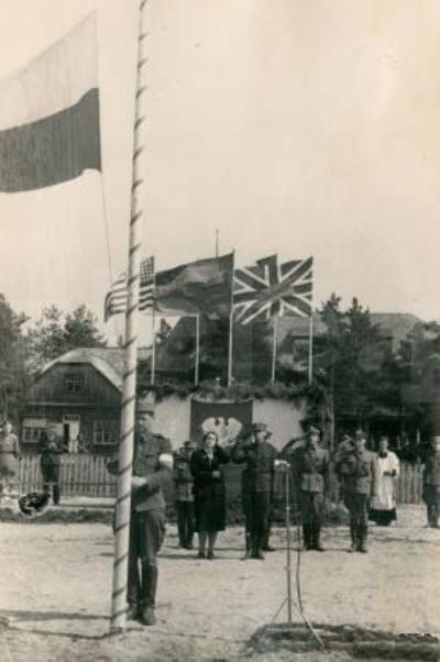 Podniesienie polskiej flagi na maszt. Z Tyłu od lewej Wanda Wasilewska obok niej dowódca 1.Dywizji gen. Zymunt Berling