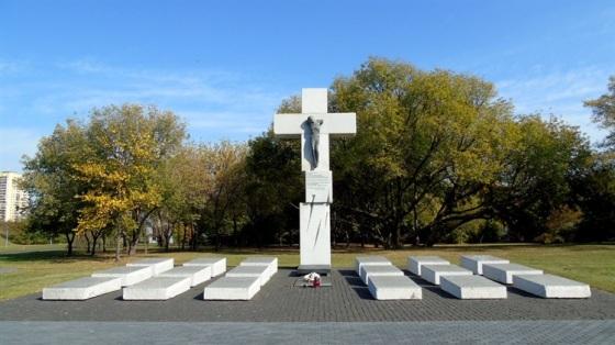 Pomnik poświęcony Ofiarom Zbrodni Wołyńskiej na Skwerze Wołyńskim w Warszawie fot polska niezwykla