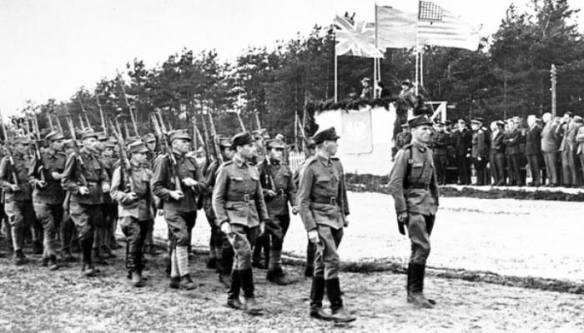 Sielce żołnierze 1 dywizji przedefilowali przed trybunę honorową