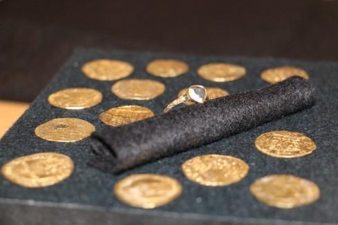 wrak kronan 14 zlotych monet oraz pierscionek z brylantem-fot-Elias-Håkansson