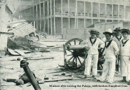 Brytyjscy żołnierze ze zdobytym działem po zajęciu pałacu sułtana