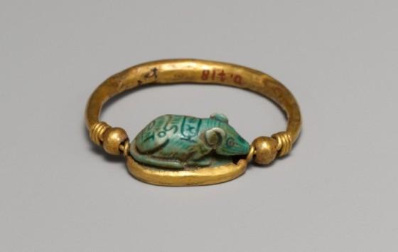 Egipski pierścień z myszą, ok. 1479-1425 r. p.n.e. zbiory The Metropolitan Museum of Art w Nowym Jorku