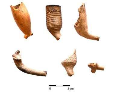 Fragmenty naczyń tzw ffajek kaolinowych odkrytych we wnętrzu szubienicy fot. Paweł Duma
