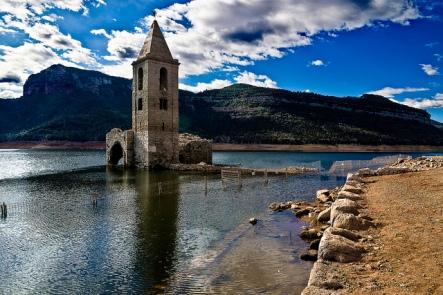kościół w San Román de Sau w okresie suszy. Fot. Josep Enric
