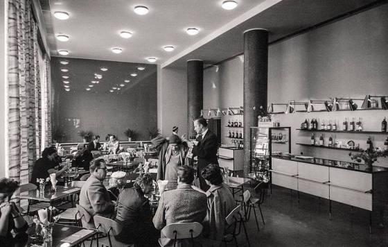Rok 1960, Warszawa. Kawiarnia Parana na rogu ulic Marszałkowskiej i Sadowej. Fot Zbigniew Siemaszko Narodow Archwiwum Cyfrowe