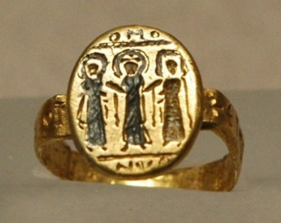 byzantine-wedding-ring-depicting-christ-uniting-the-bride-and-groom-7th-century-nielloed-gold-musee-du-louvre