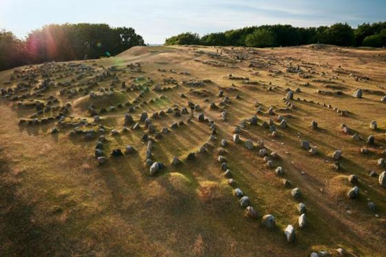 kamienne-statki-na-cmentarzysku-wikingow-w-lindholm-hoje-dania-xi-xii-wiek